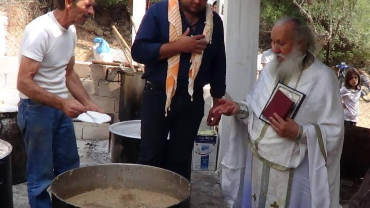 """Η ευλογία του """"κισκέτς"""" από τον ιερέα πριν τη διανομή"""