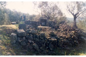 Το ερειπωμένο εκκλησάκι-υπαίθριο εικονοστάσι της Παναγίας, σε απόσταση 70 μ. από τη Βασιλική