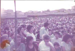 Ο κατάμεστος αύλειος χώρος του Πολύκεντρου κατά τη συναυλία της Γλυκερίας